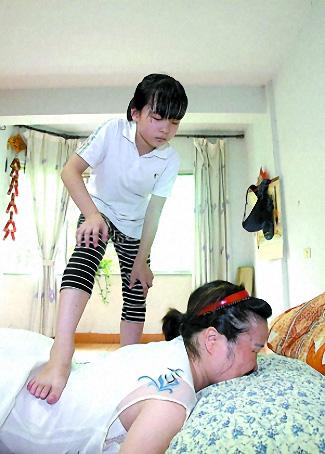 妈妈腰痛得下不了床,刘宛利给妈妈踩背。