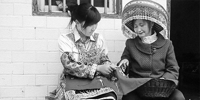 陶福芝正在指导儿媳妇绣桌帘