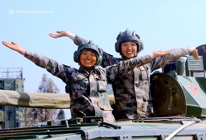 【战车之上的轻舞飞扬,苏美华(右)和战友在一起。】