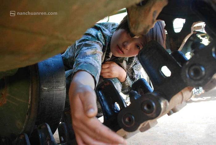 【练为战,战必胜,苏美华正在检查战车车况。】