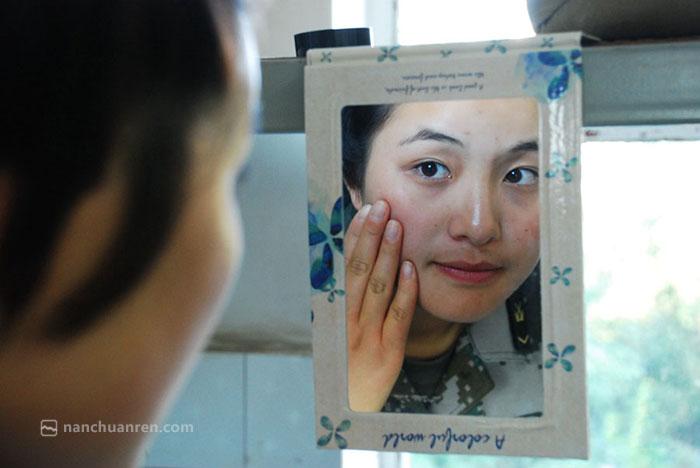 【下了训练场,苏美华她仍然是一名年轻漂亮的女兵。】