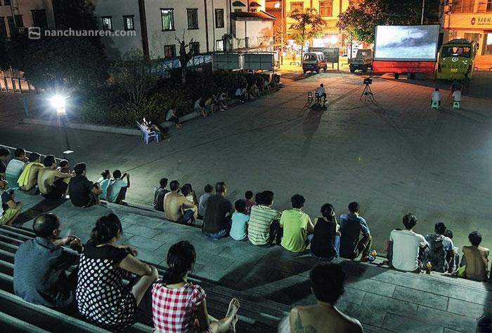 【每次放映都会吸引不少村民前来观看。】
