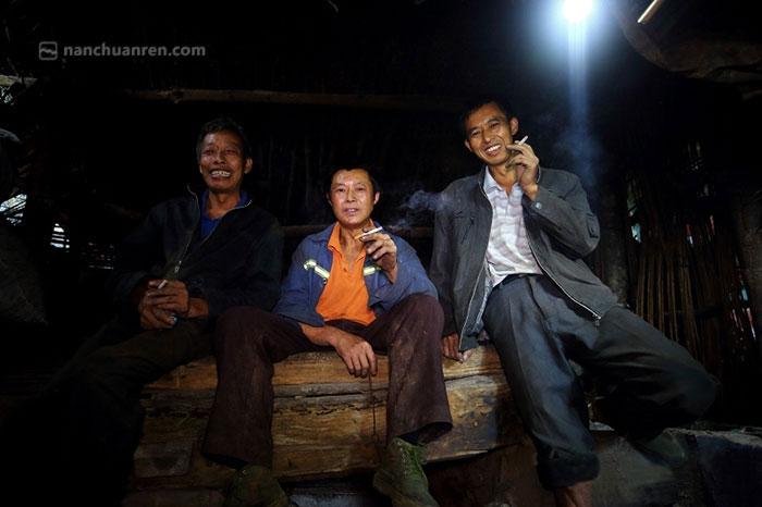【围坐在炭火边,抽上一颗烟,摆摆龙门阵成了笋农们晚上唯一的消遣方式。】