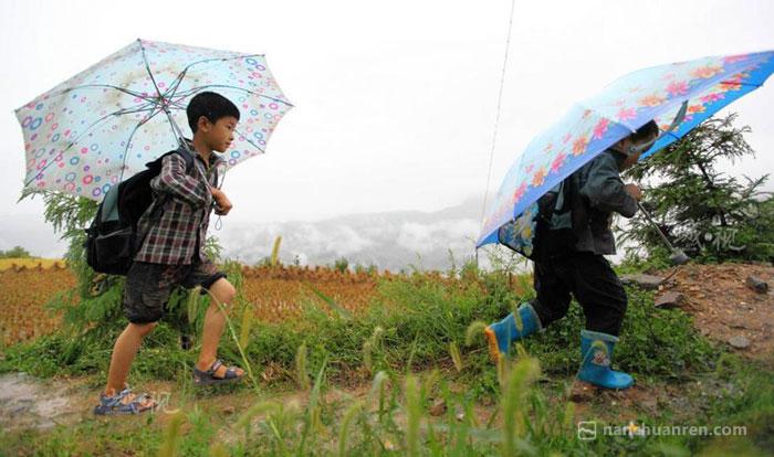 【泥泞的上学路,孩子们风雨无阻。】