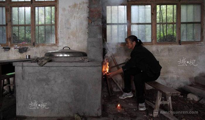 【张老师除了给孩子们上课,还要负责热饭打扫卫生。】
