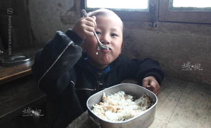 【幼儿班一位学生自带的午餐。】