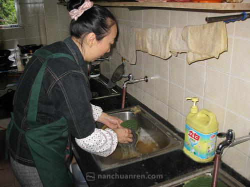 """【郭志会的主要工作是打面作料、洗碗。】"""""""