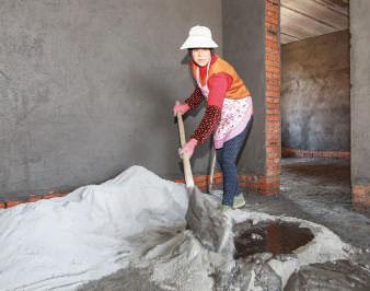 【黄碧秀每天都去附近村里的建筑工地打零工,收入为60-70块钱。靠这样的收入撑起了这个家四口人的生活。】