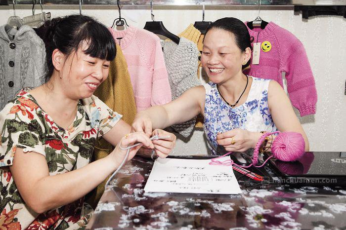 【6月17日,谢福洪正在教朋友织毛衣。】