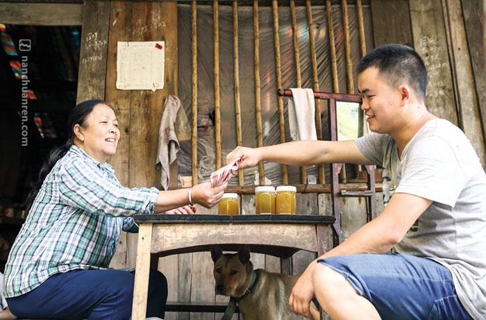【唐洪家产自柏枝山顶的蜂蜜,在当地村民中也很收欢迎。】