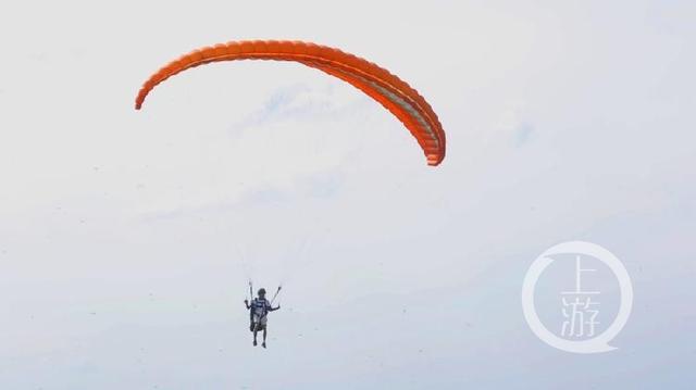 在天空中滑翔的彭胜1