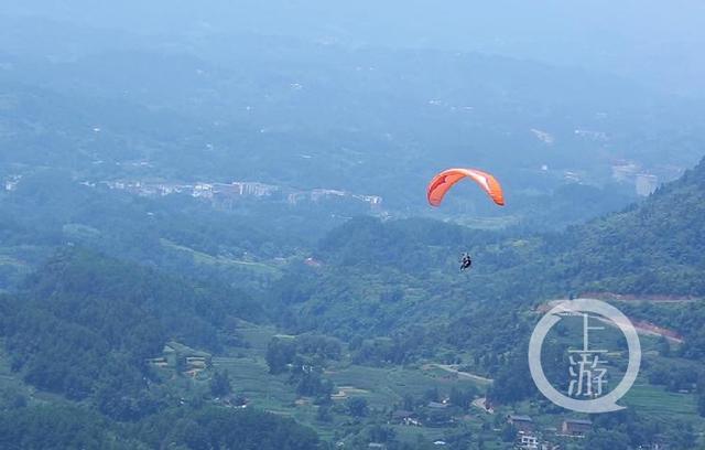 在天空中滑翔的彭胜2