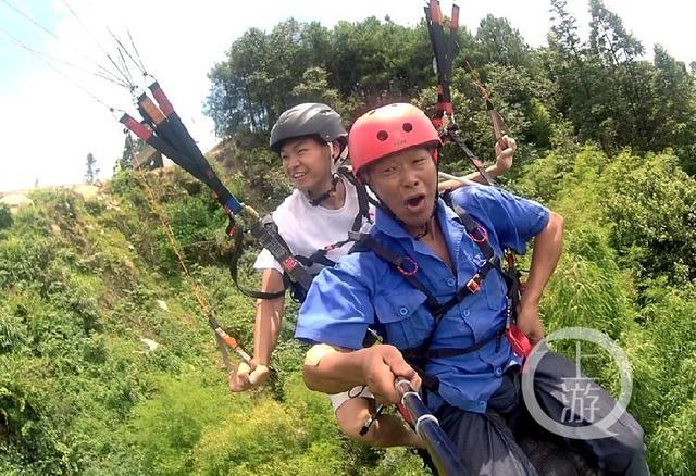 腾空起飞,彭胜父子俩开始滑翔