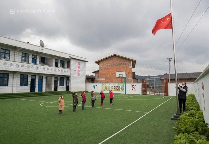 黄先群和孩子们一起升国旗