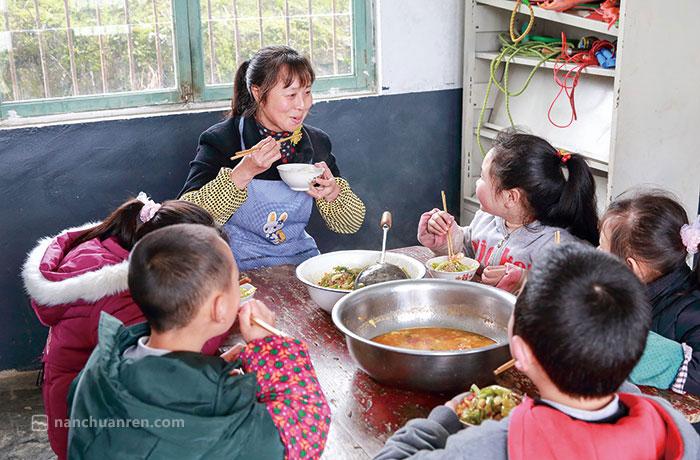 黄先群和孩子们一起吃午餐