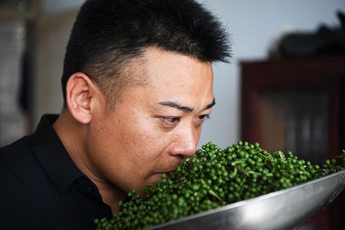 刘毅正在熬制花椒油
